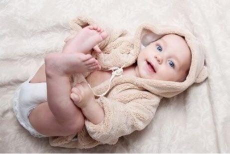 lille baby i morgenkåbe