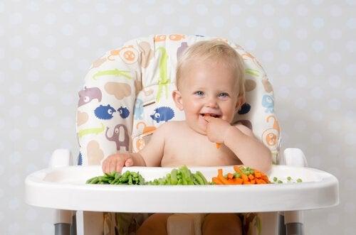 Baby spiser fast føde