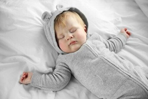 Barn sover isengen