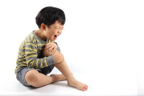 Dreng i smerte pga. vokseværk