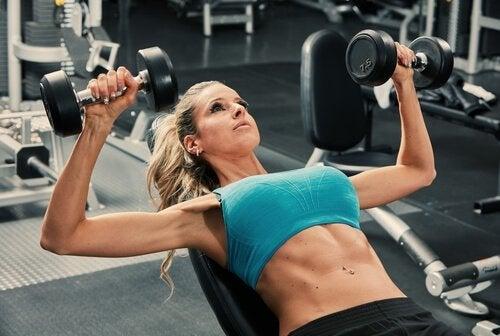 Dame træner brystmuskler