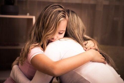 Mor giver datter et kram