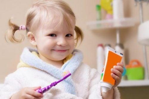 Pige gør klar til at børste tænder