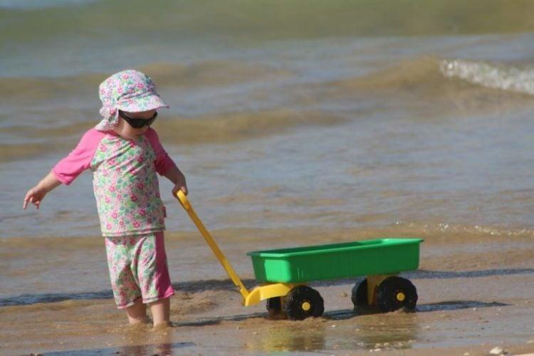Baby på stranden
