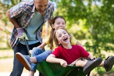 Far køre børn i trillebøre