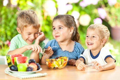 Børn spiser snacks