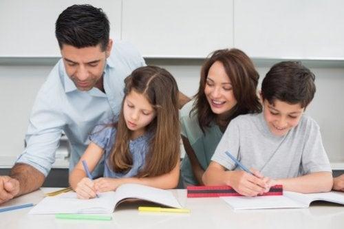 Forældre hjælper børn med lektier