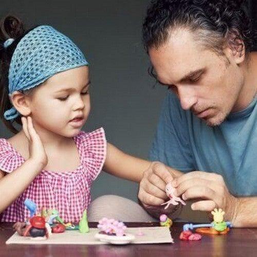 far og datter leger med legetøj