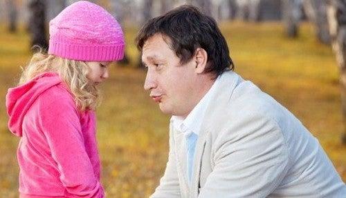 far trøster sin datter