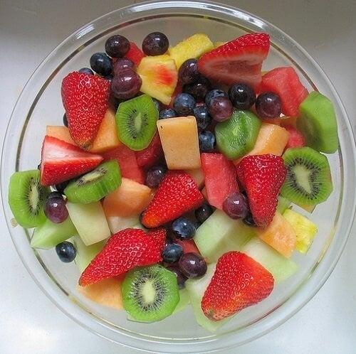 skål med forskellige frugter