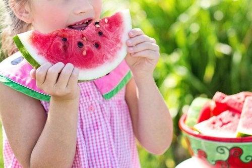 Pige spiser melon