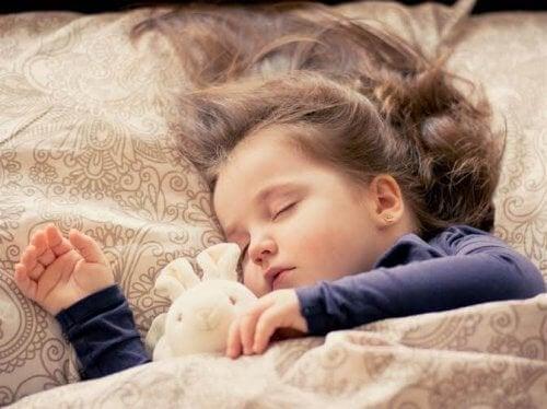Lille pige sover