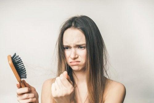 En kvinde ked af hårtab