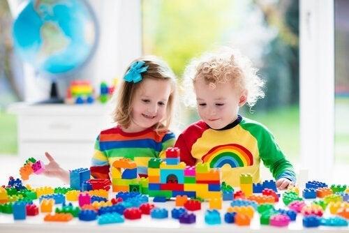 babyer leger med legetøj