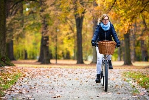 kvinde cykler sig en tur i parken