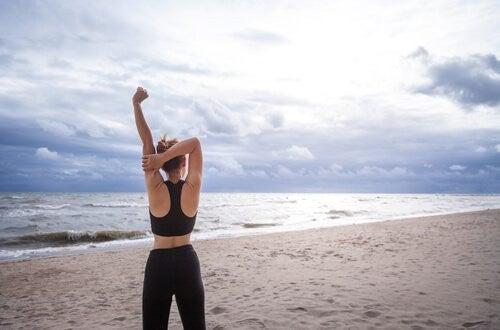 kvinde træner på stranden