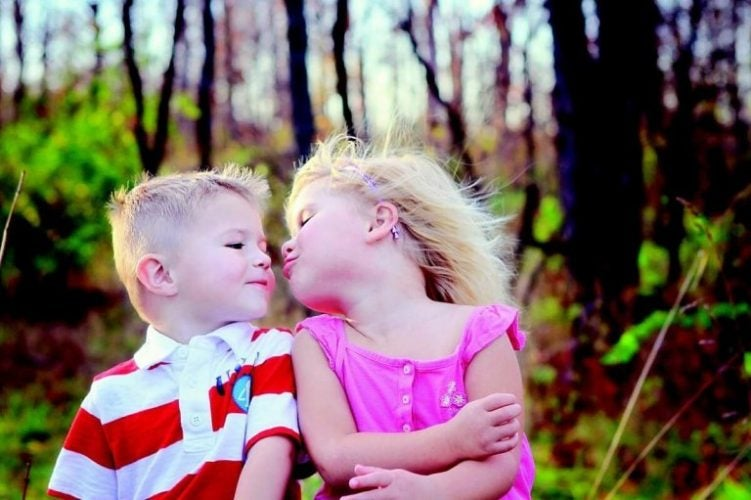 Hvorfor vi ikke bør lade børn give kys