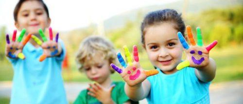 Børn leger med maling