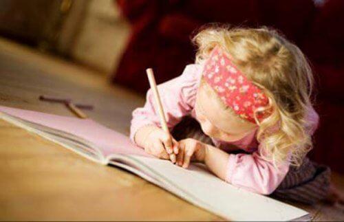 Pige tegner