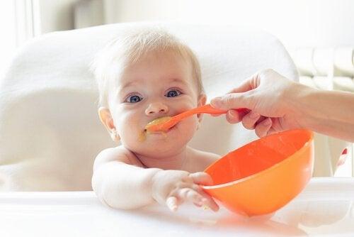 Baby bliver fodret med ske