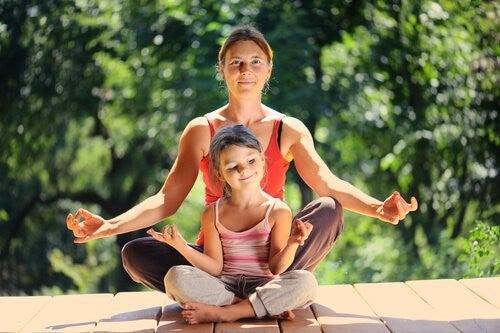 mor og datter slapper af med meditation