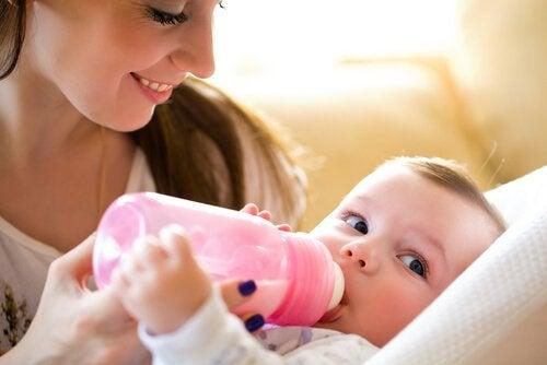 Mor fodre baby med flaske
