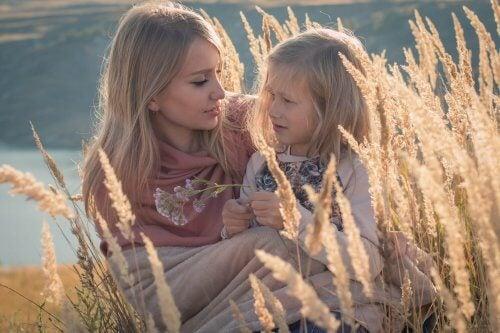 Mor snakker med datter
