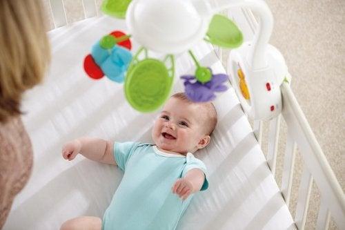 Glad baby med legetøj