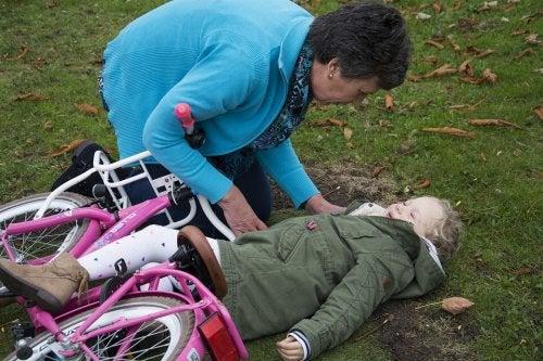 En piger der er faldet af sin cykel