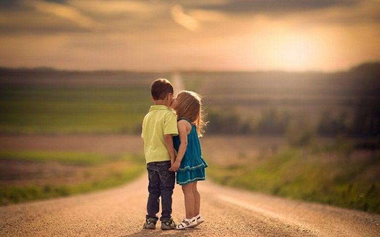 Pige kysser dreng