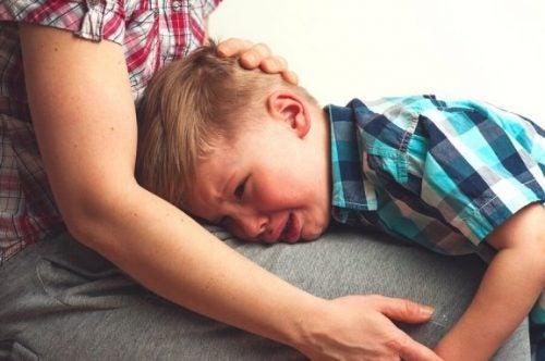 Dreng græder i mors skød