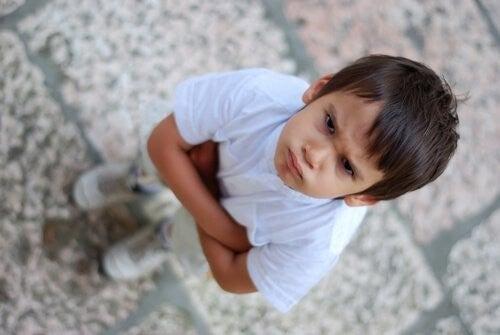 dreng udviser vrede