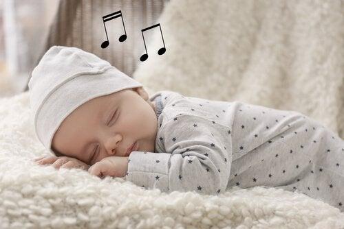 Baby sover med noder