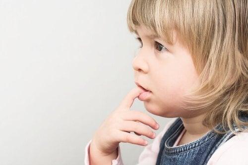 Hvorfor bider børn deres negle?