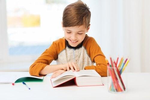 Stolt dreng læser