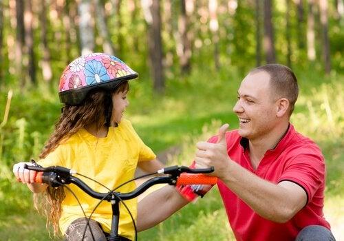 Far hjælper datter med at cykle