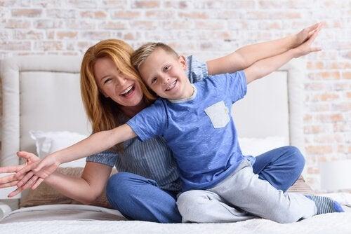 Glad mor og søn