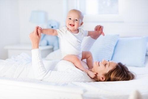 8 øvelser til at styrke din babys muskler