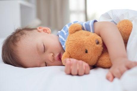 At få babyer til at sove i sin seng