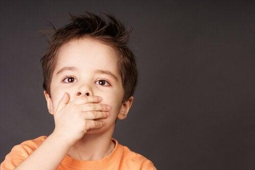 Dreng med sår på munden