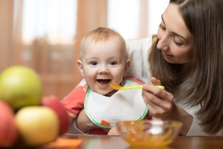 Glad baby spiser puré