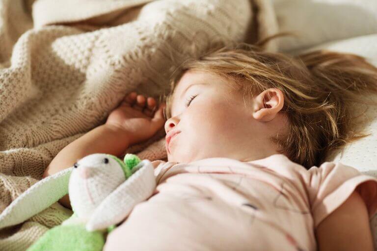 Få dit barn til at sove i sin seng