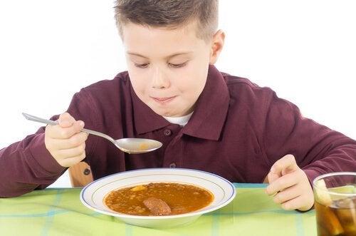 Dreng spiser sund mad