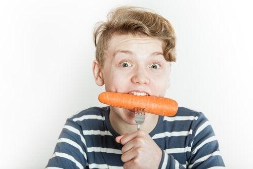 Dreng spiser gulerod
