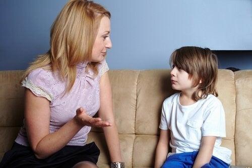 Mor lærer sin søn om empati