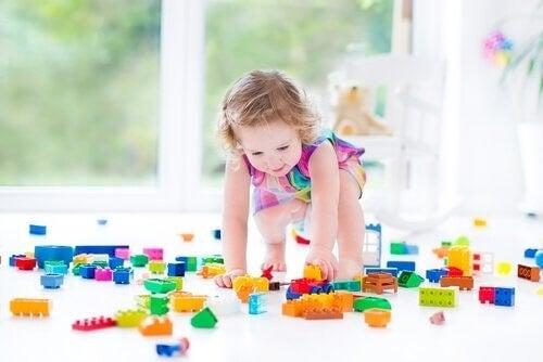 Pige leger med Lego