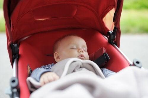 Baby sover i klapvogn