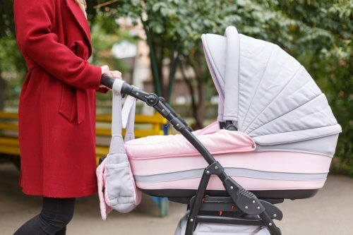 Mor går udenfor med baby