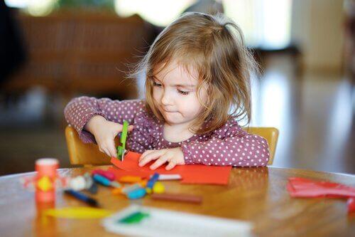 At lære børn at klippe med en saks