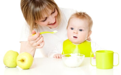 Baby spiser mad